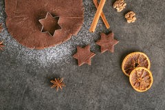 Тесто предпосылки выпечки рождества, резцы печенья с специей, грецкие орехи и апельсины Осмотрено от выше стоковые фото