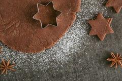 Тесто предпосылки выпечки рождества, резцы печенья с специей Осмотрено от выше стоковая фотография rf