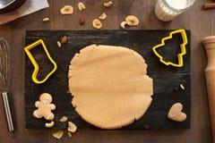Тесто пряника с печеньями и кулинарными формами Стоковое Изображение