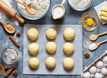 Тесто плюшек подготавливая хлеб или пирог рецепта делая ingridients, положение еды плоское на кухонном столе Стоковая Фотография RF