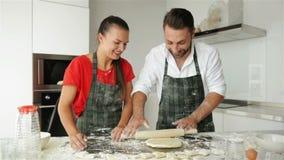 Тесто смешных пар замешивая и потеха иметь с мукой на кухне сток-видео