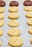 тесто сырцовое Желтые и коричневые кнопки печений Стоковое Фото