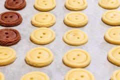тесто сырцовое Желтые и коричневые кнопки печений Стоковые Изображения