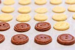 тесто сырцовое Желтые и коричневые кнопки печений Стоковая Фотография RF