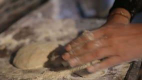 Тесто умелой женщины замешивая, старые домашние традиции и таможни, рецепт видеоматериал