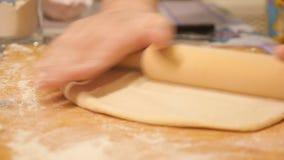 Тесто хлебопека замешивая в муке на таблице видеоматериал