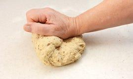 Тесто хлеба женщины замешивая вручную Стоковое фото RF