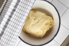 тесто хлеба замешивает женщину Стоковые Фото