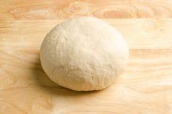 тесто хлеба замешивает женщину Стоковая Фотография RF
