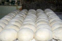 тесто хлеба замешивает женщину Стоковая Фотография