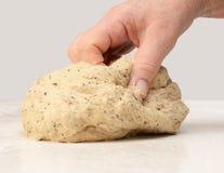 Тесто хлеба руки женщины замешивая Стоковые Фото