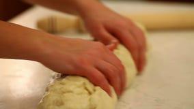 тесто хлеба хлебопека вручает замешивая хец делая вне свертывать видеоматериал