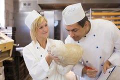 Тесто хлеба хлебопека пахнуть Стоковые Изображения