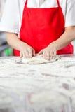 Тесто шеф-повара замешивая на грязном счетчике Стоковая Фотография RF