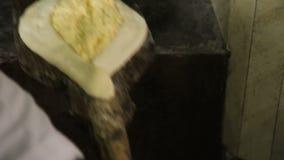Тесто шеф-повара заполняя с сыром и печь khachapuri, национальная еда Georgia видеоматериал
