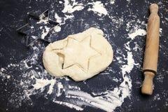 Тесто 6 штырей играет главные роли и вращающая ось на таблице Надземное фото некоторых муки, теста пшеницы и резца печенья Стоковые Изображения