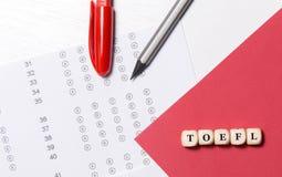 Тест английского разнообразного выбора на таблице Женщина принимает вступительный экзамен стоковое фото