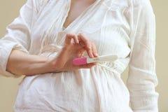 Тест на беременность стоковые фото