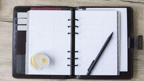 Тетрадь горнорабочей Ethereum Монетка и ручка Ethereum на открытой тетради Открытый космос для положил текст на страницы цифрово Стоковое Изображение RF