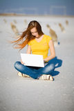 тетрадь девушки счастливая Стоковое Изображение