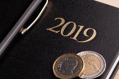 Тетрадь и деньги на таблице Банкноты блокнота и евро Концепция планирования бизнеса, перемещения, домашних расходов стоковые фотографии rf