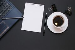 Тетрадь, компьтер-книжка, ручка и кофе на столе офиса Стоковое Изображение