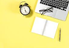 Тетрадь компьтер-книжки положения квартиры рабочего места офиса минимальная Стоковое Изображение RF