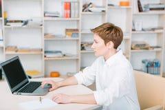 Тетрадь компьтер-книжки рабочего места женщины работника офиса яркая Стоковые Изображения RF