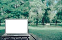 Тетрадь портативного компьютера на концепции парка стоковое изображение