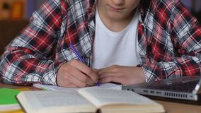 Тетрадь сочинительства студента колледжа, делая тренировку домашней работы, знание школы акции видеоматериалы