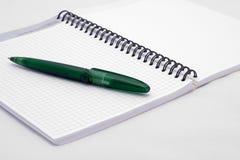 Тетрадь с зеленым пер Стоковые Фото