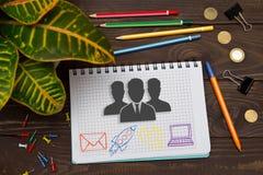 Тетрадь с интерактивными пользователями сети примечаний на таблице w офиса Стоковая Фотография