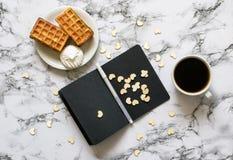 Тетрадь с листами кровельного железа на мраморных предпосылке и кофе стоковая фотография