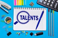 Тетрадь с примечаниями ищет для талантливых работников, программистов Концепция ищет для талантливого personne стоковая фотография rf