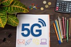Тетрадь с примечания 5G на таблице офиса с инструментами Концепция Стоковая Фотография RF