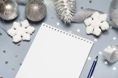 Тетрадь с ручкой и украшением рождества, шариками, снежинками скопируйте космос текст космоса ваш Закройте вверх, взгляд сверху Стоковое фото RF