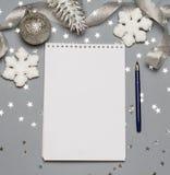 Тетрадь с ручкой и украшением рождества, шариками, снежинками скопируйте космос текст космоса ваш Закройте вверх, взгляд сверху Стоковое Изображение RF