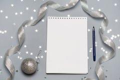Тетрадь с ручкой и украшением рождества, шариками, снежинками скопируйте космос текст космоса ваш Закройте вверх, взгляд сверху Стоковые Изображения