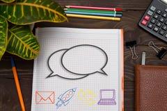 Тетрадь с сообщением примечаний на таблице офиса с инструментами Стоковые Фото