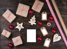 Тетрадь с украшением рождества и подарки на деревянной предпосылке Сделать список, концепция письма santa Взгляд сверху, плоское  Стоковые Фотографии RF