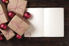 Тетрадь с украшением рождества и подарки на деревянной предпосылке Сделать список, концепция письма santa Взгляд сверху, плоское  Стоковое фото RF
