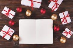 Тетрадь с украшением рождества и подарки на деревянной предпосылке Сделать список, концепция письма santa Взгляд сверху, плоское  Стоковые Изображения RF