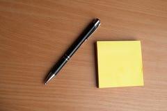 Тетрадь с черной ручкой, красочные блокноты на столе, стекла на столе с ручкой и чашка кофе, клавиатура компьютера с col стоковые изображения