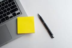 Тетрадь с черной ручкой, красочные блокноты на столе, стекла на столе с ручкой и чашка кофе, клавиатура компьютера с col стоковое фото rf