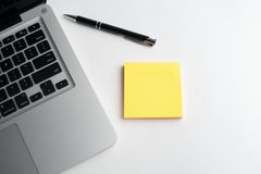 Тетрадь с черной ручкой, красочные блокноты на столе, стекла на столе с ручкой и чашка кофе, клавиатура компьютера с col стоковые фотографии rf