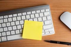 Тетрадь с черной ручкой, красочные блокноты на столе, стекла на столе с ручкой и чашка кофе, клавиатура компьютера с col стоковое фото