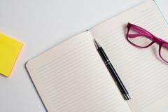 Тетрадь с черной ручкой, красочные блокноты на столе, стекла на столе с ручкой и чашка кофе, клавиатура компьютера с col стоковое изображение rf