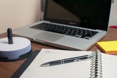 Тетрадь с черной ручкой, красочные блокноты на столе, стекла на столе с ручкой и чашка кофе, клавиатура компьютера с col стоковое изображение