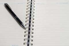 Тетрадь с черной ручкой, красочные блокноты на столе, стекла на столе с ручкой и чашка кофе, клавиатура компьютера с col стоковые изображения rf