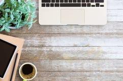 Тетрадь чистого листа бумаги таблицы стола офиса с карандашем и чашкой c Стоковое Фото